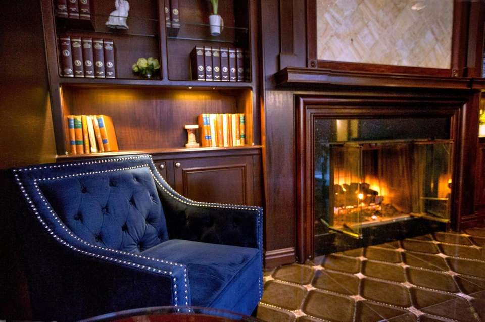 The lobby library at the Roslyn Hotel in