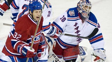 Montreal Canadiens' Travis Moen, left, celebrates a goal