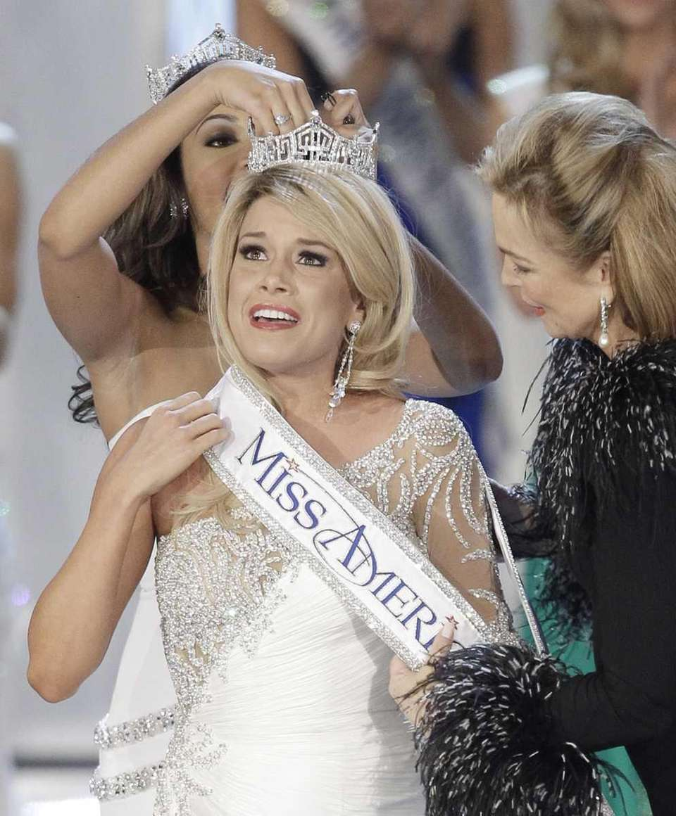 Teresa Scanlan, Miss Nebraska, is crowned Miss America