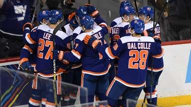Islanders players celebrate after Islanders center Valtteri Filppula