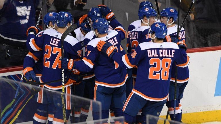 Islanders players celebrate after Islanders center Valtteri Filppula
