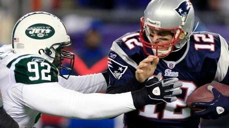 Shaun Ellis sacks Tom Brady. (Jan. 16, 2011)