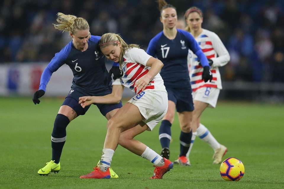 U.S. midfielder Lindsey Horan, second left, battles for