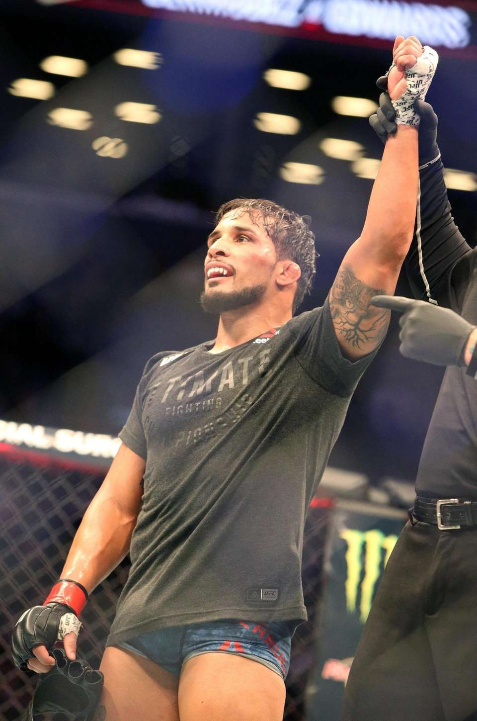 At 155 lbs Dennis Bermudez defeated Te Edwards