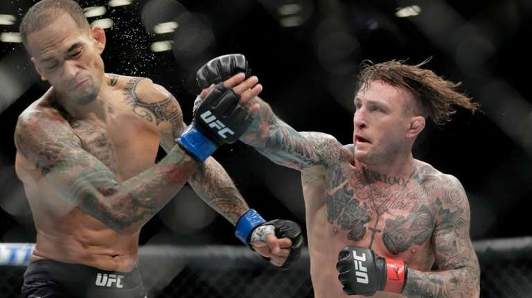 Gregor Gillespie, right, punches Yancy Medeiros during the