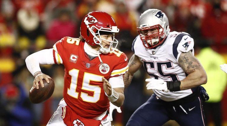 Kansas City Chiefs quarterback Patrick Mahomes (L) scrambles