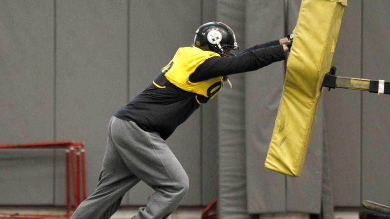 c2879b912f1 Pittsburgh Steelers defensive end Brett Keisel (99) hits