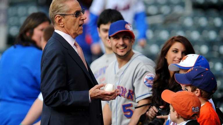 New York Mets owner Fred Wilpon chats with