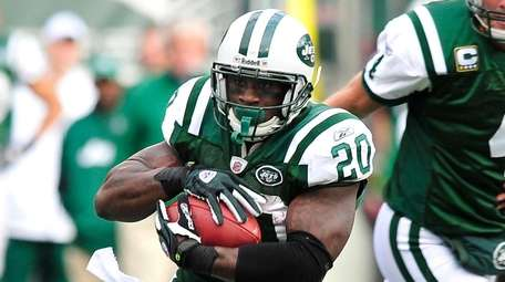 Jets running back Thomas Jones takes the handoff