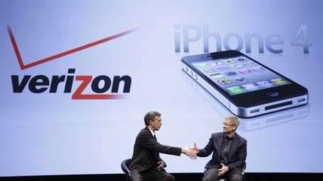 Dan Mead, left, chief executive of Verizon Wireless,
