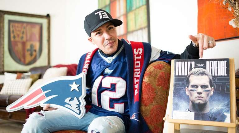 Leon Gill with a portrait of Patriots quarterback