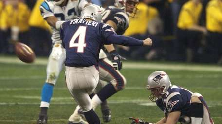 Patriots kicker Adam Vinatieri kicks a 41-yard field