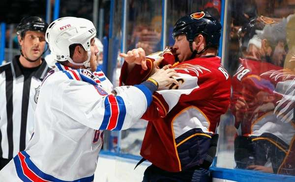 Eric Boulton #36 of the Atlanta Thrashers fights