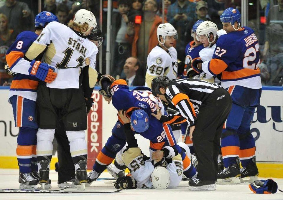 New York Islanders' Zenon Konopka (28) throws a