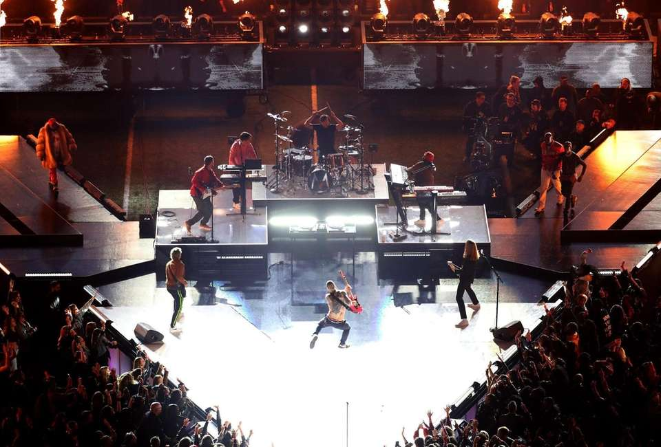 ATLANTA, GEORGIA - FEBRUARY 03: Maroon 5 performs