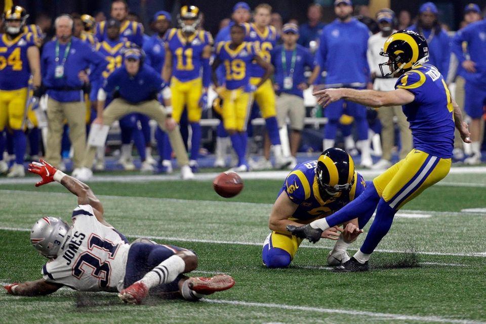 oLos Angeles Rams' Greg Zuerlein (4) kicks a