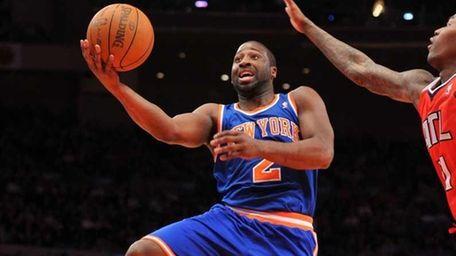 Knicks point guard Raymond Felton drives to the