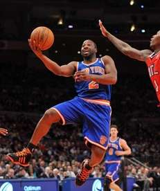 Knicks point guard Raymond Felton drives to the