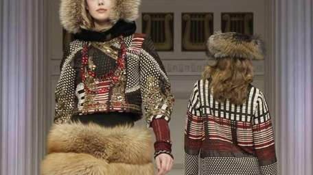 Models walk the runway at the Oscar de