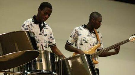 Seitu Solomon, 17, and Amire Solomon, 20, members