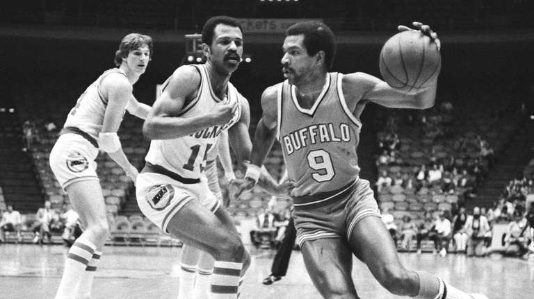 Randy Smith of the Buffalo Braves drives around