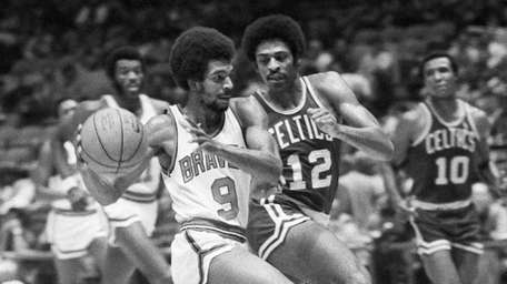 Randy Smith of the Buffalo Braves drives for
