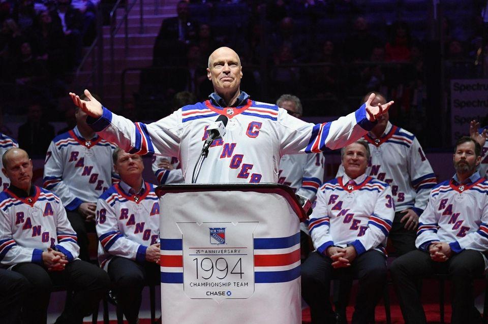 Former New York Rangers captain Mark Messier gestures