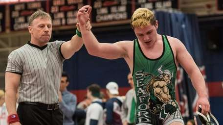 Seaford's Patt Quinn wins at 182 pounds in