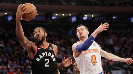 Toronto Raptors' Kawhi Leonard (2) catches a pass