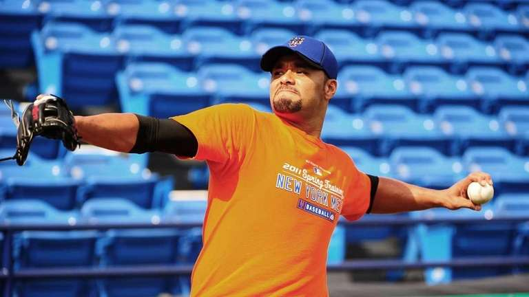Mets GM Sandy Alderson expects Johan Santana to