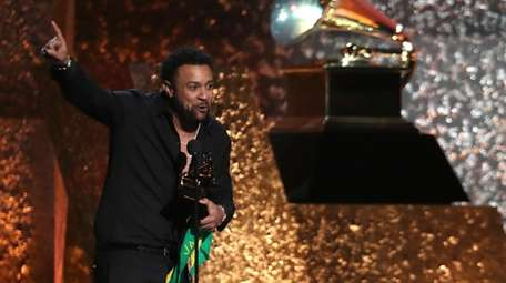 Shaggy accepts the award for best reggae album