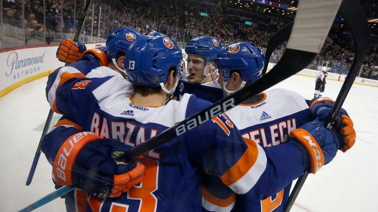 Isles go from hunters to hunted atop their division | Newsday