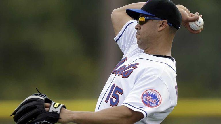 New York Mets outfielder Carlos Beltran throws a