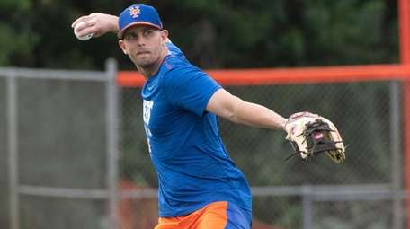 Mets' Jeff McNeil throws during a spring training