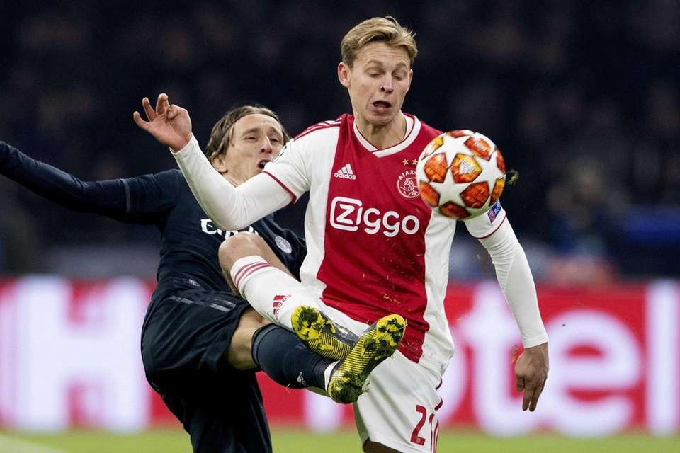 Frenkie de Jong (R) of Ajax Amsterdam in