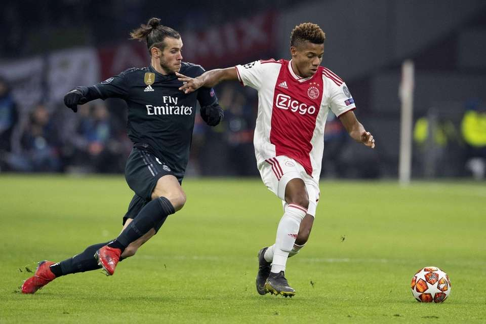 David Neres (R) of Ajax Amsterdam in action