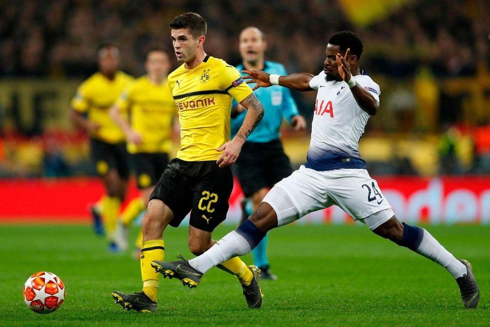 Dortmund's US midfielder Christian Pulisic (L) vies with
