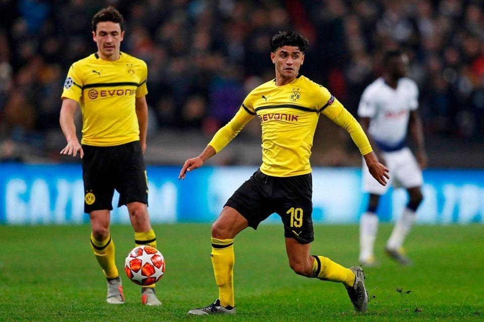 Dortmund's German midfielder Mahmoud Dahoud (C) controls the