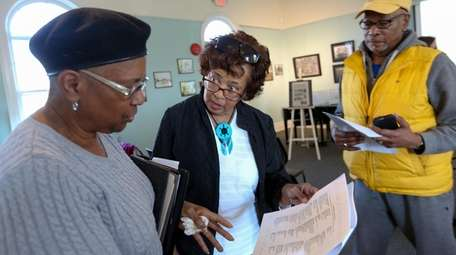 Author and genealogist Sandi Brewster-Walker, center, talks to