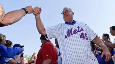 Former New York Mets player Ed Hearn greets