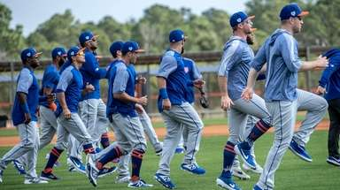 Mets players warm up during a spring training