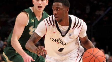 Cashmere Wright #1 of the Cincinnati Bearcats brings