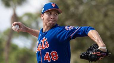 Mets pitcher Jacob deGrom throws a live batting