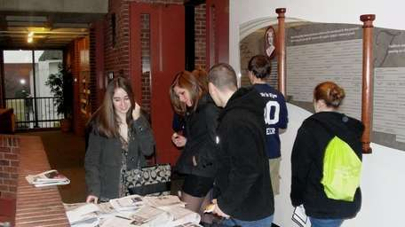 Students check out high school newspapers from around