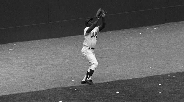 Mets leftfielder Cleon Jones catches Dave Johnson's fly
