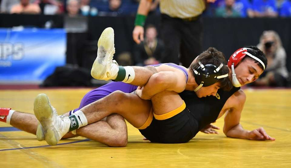 Josh Encarnacio,Wantagh is pinned in 1st period by