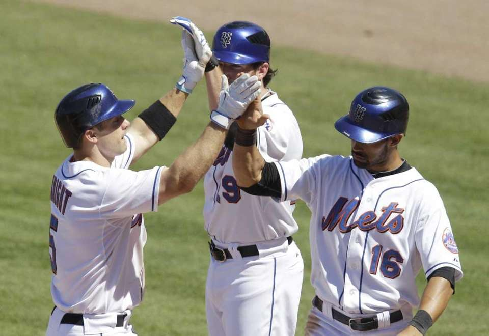 New York Mets' David Wright, left, is congratulated