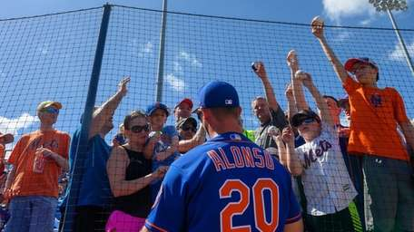 Mets' Pete Alonso signs autographs at First Data