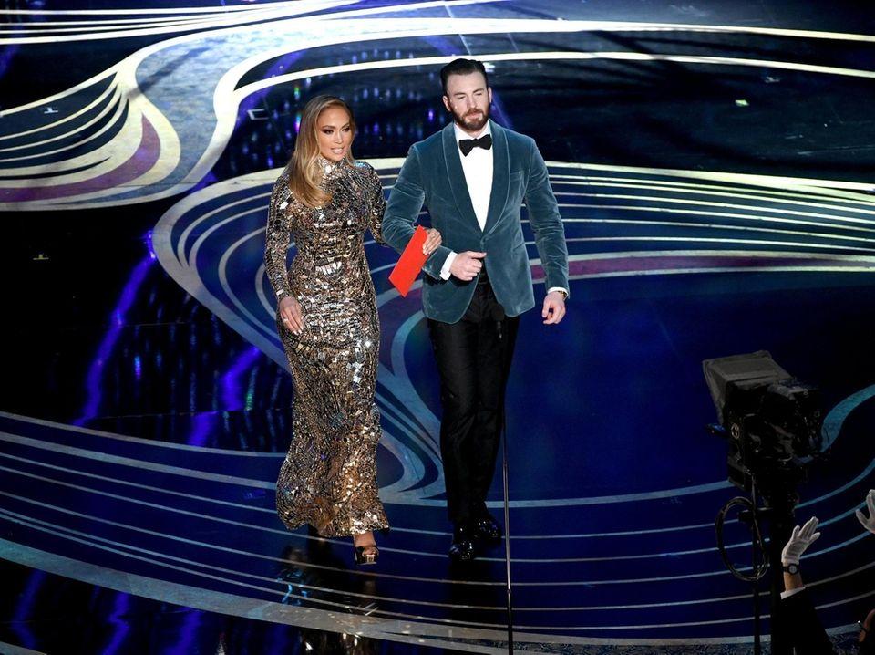 HOLLYWOOD, CALIFORNIA - FEBRUARY 24: (L-R) Jennifer Lopez