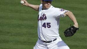 Mets relief pitcher Jason Isringhausen throws during a